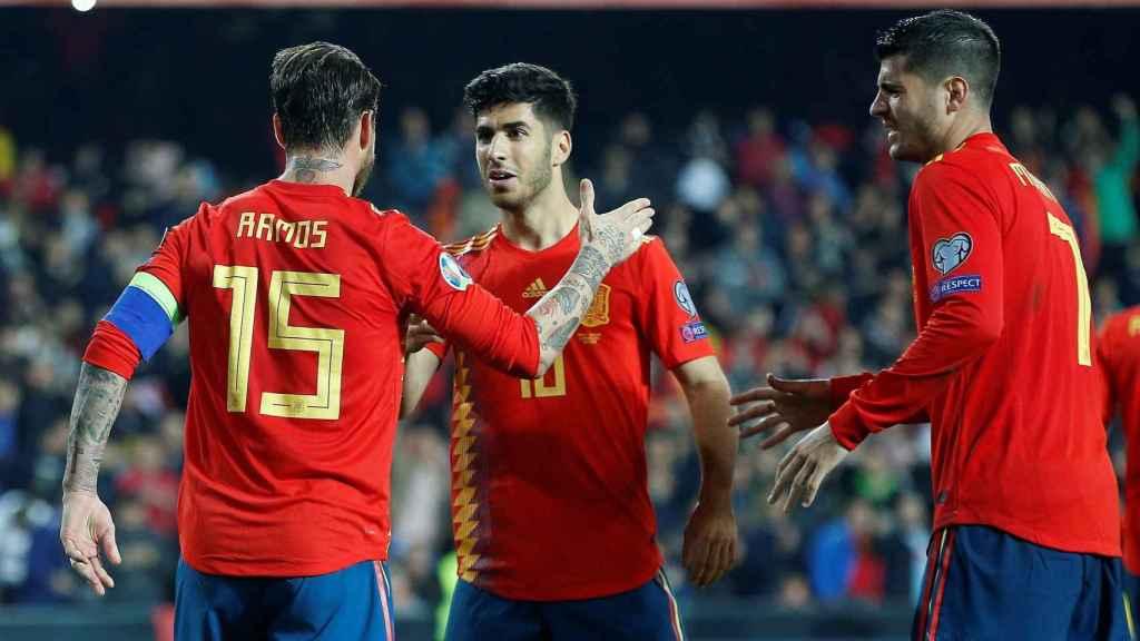 Sergio Ramos y Asensio celebran con la Selección