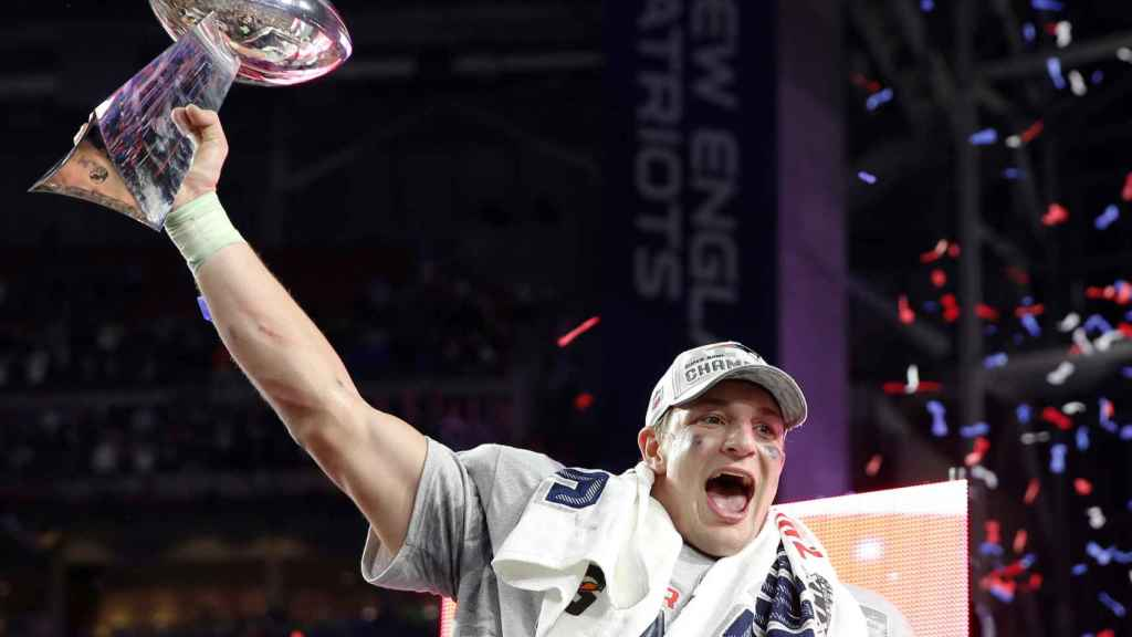 Rob Gronkowski levanta el trofeo de la Super Bowl