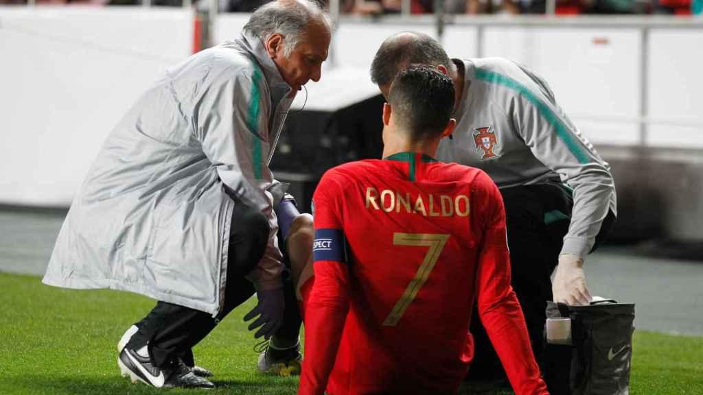 Cristiano Ronaldo, atendido por las asistencias médicas durante el Portugal - Serbia