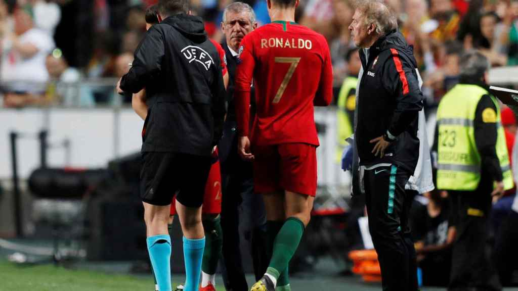 Cristiano Ronaldo se retira lesionado durante el Portugal - Serbia