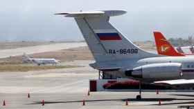 Un avión con la bandera rusa en el Aeropuerto Internacional Simón Bolívar en Caracas.