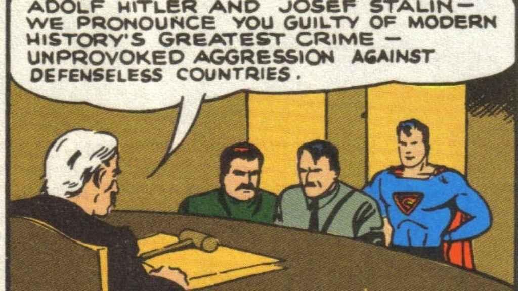 Hitler y Stalin siendo juzgados gracias a Superman.