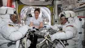 La astronauta de la NASA Christina Koch (centro) asiste a sus compañeros astronautas Nick Hague (izquierda) y Anne McClain.