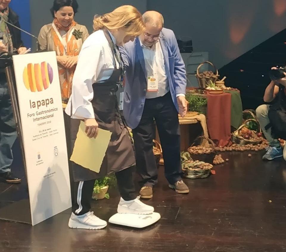 Lola Cuerda se sube a la báscula para saber cuántos kilos de papas negras se lleva de premio