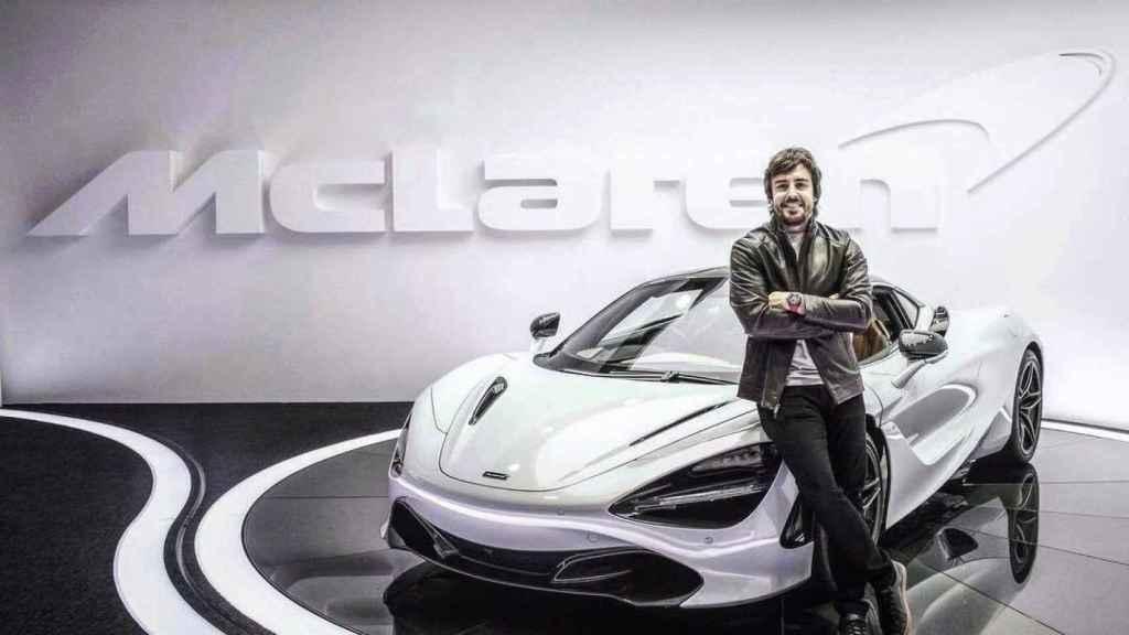 Fernando Alonso, junto a un McLaren