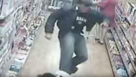 Imagen captada por las cámaras de uno de los policías agrediendo a Sene
