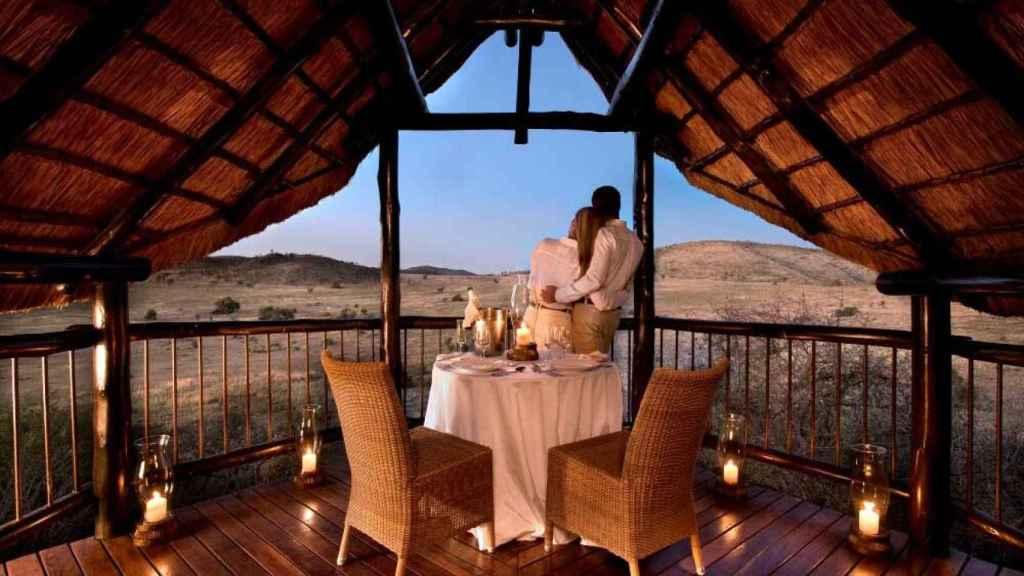 Una pareja en la terraza del chalet de lujo de la habitación donde están celebrando su luna de miel Ungría y Tablada.