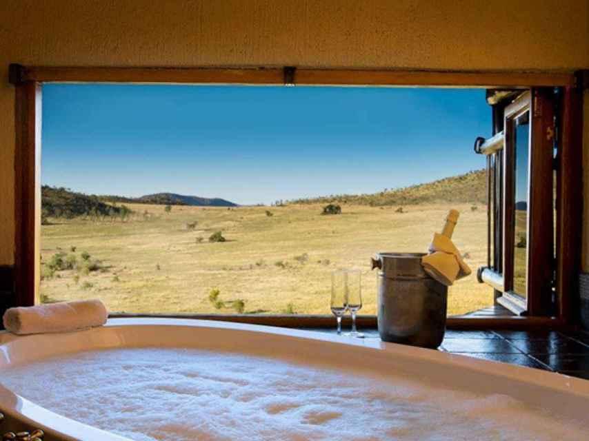 Detalle de la bañera con vistas a la sabana.