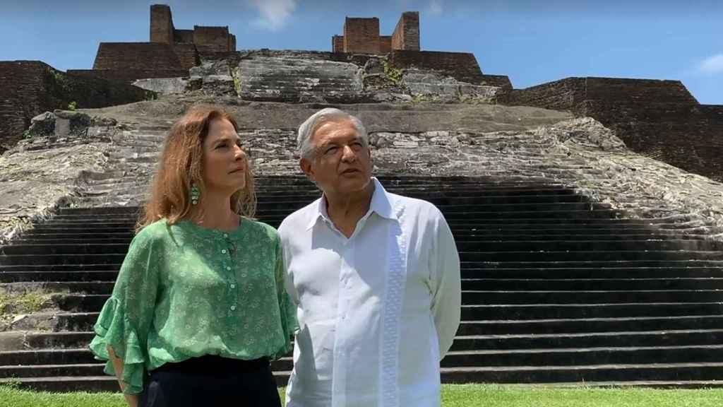 Andrés Manuel López Obrador (d) y a su esposa, Beatriz Gutiérrez.