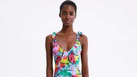 Modelo con bañador estampado de Zara.