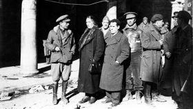 Vicente Uribe y Dolores Ibárruri durante una visita al frente en Teruel en enero de 1938.