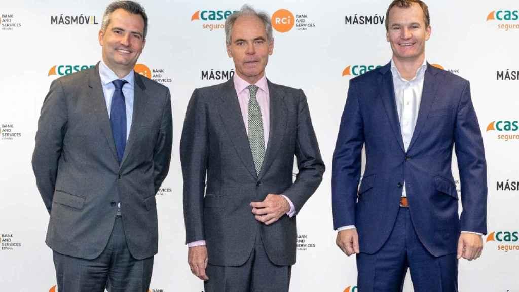 De izquierda a derecha: Géraud Lecerf, Director General RCI Bank and Services España y Portugal, Ignacio Eyriès, Director General de Caser y Meinrad Spenger, Consejero Delegado del Grupo MASMOVIL.