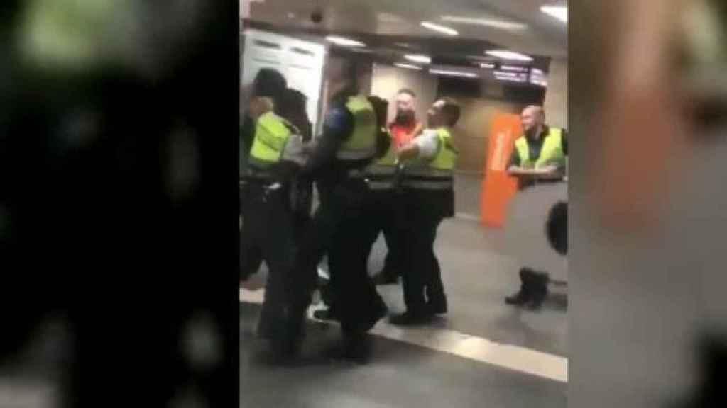 Imagen de la agresión en la estación de Plaza de Cataluña