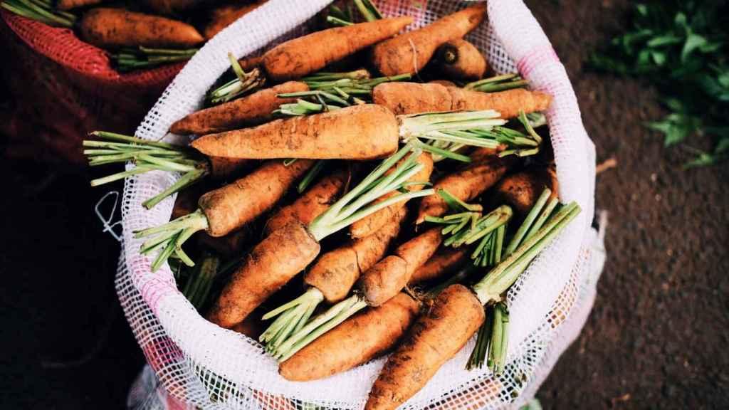 Los beta-carotenos dan ese color tan característico a la zanahoria y contribuyen a mejorar el aspecto de la piel (que no a broncearla).