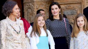La reina emérita Sofía, la infanta Sofía, la reina Letizia y la princesa Leonor a las puertas de la catedral de Palma.