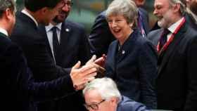 May conversa con otros líderes europeos durante la última cumbre