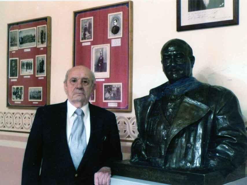 Rodríguez Miaja con un busto de su tío, el general.