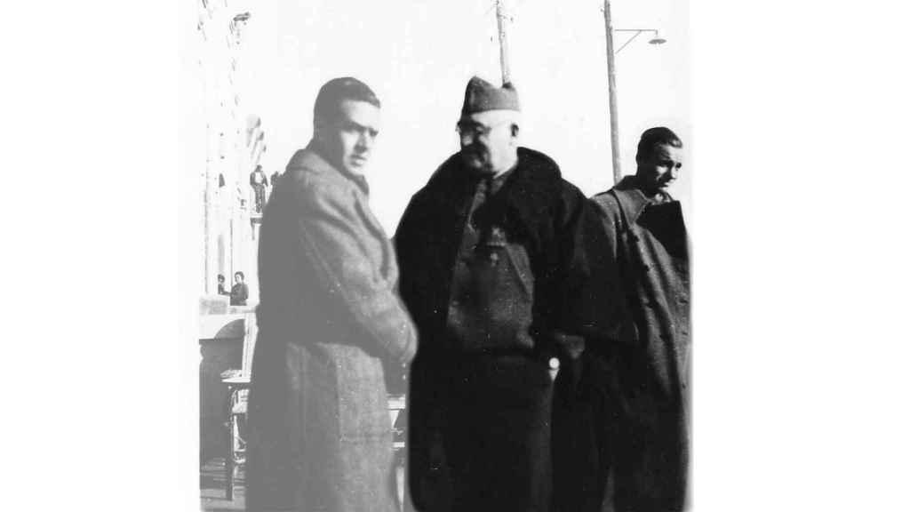 El general Miaja, en el centro; a la derecha, el entrevistado.