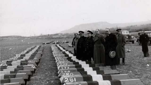 El general Varela y otros oficiales franquistas delante de los ataúdes de los fusilados en Torrejón de Ardoz, durante la matanza de Paracuellos.