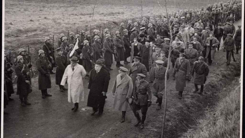 Azaña, Negrín y Miaja visitan el frente del centro en noviembre de 1937