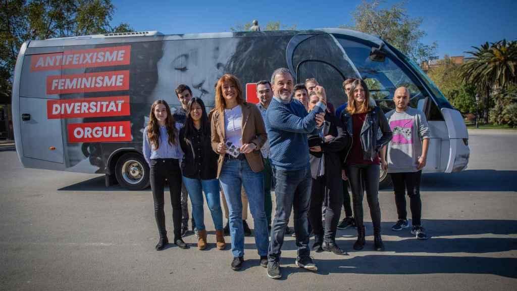 Jaume Collboni y otros líderes del PSC, junto al 'autobús del amor'.