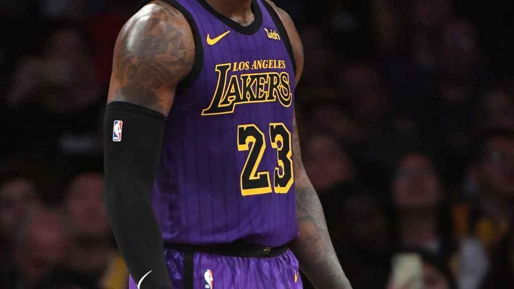 LeBron James en el partido entre Los Angeles Lakers y Charlotte Hornets