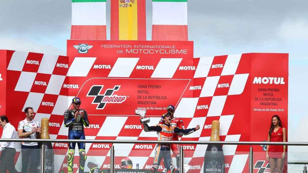 Márquez celebra en el podio su victoria en el Gran Premio de Argentina.