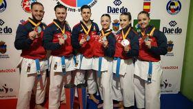 Los equipos masculino y femenino de katas españoles, con sus medallas de oro en el Europeo. Foto: Twitter (@COE_es)