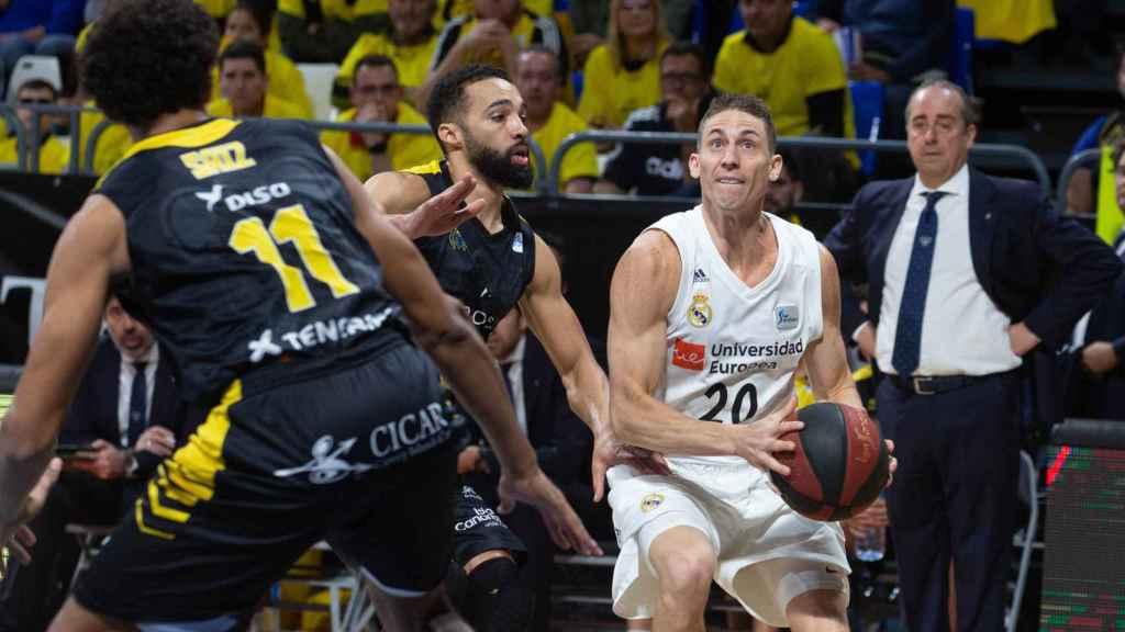 Jaycee Carroll intenta lanzar ante la defensa del Tenerife