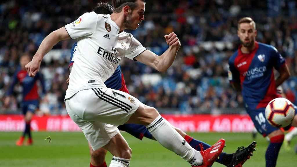 Gareth Bale centra al área frente a un jugador del Huesca