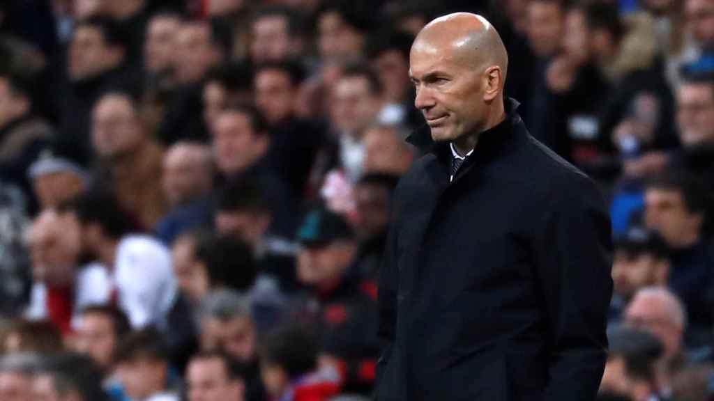Zidane, en el Santiago Bernabéu viendo a sus jugadores desde la banda