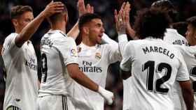 Ceballos celebra con sus compañeros su gol ante el Huesca