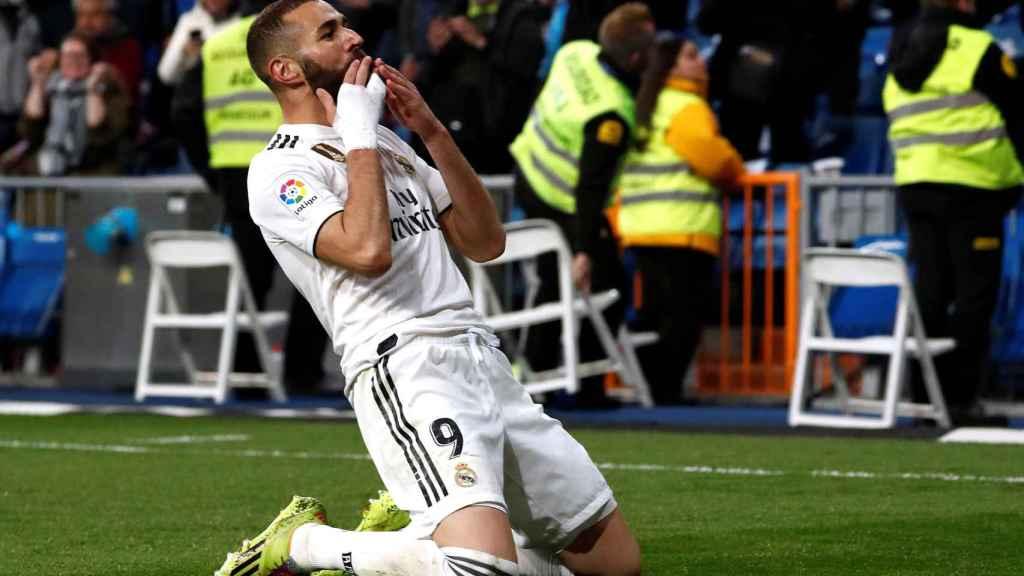 Karim Benzema celebra el gol de la victoria del Real Madrid ante el Huesca