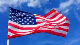 Bandera de EEUU ondeando al viento.