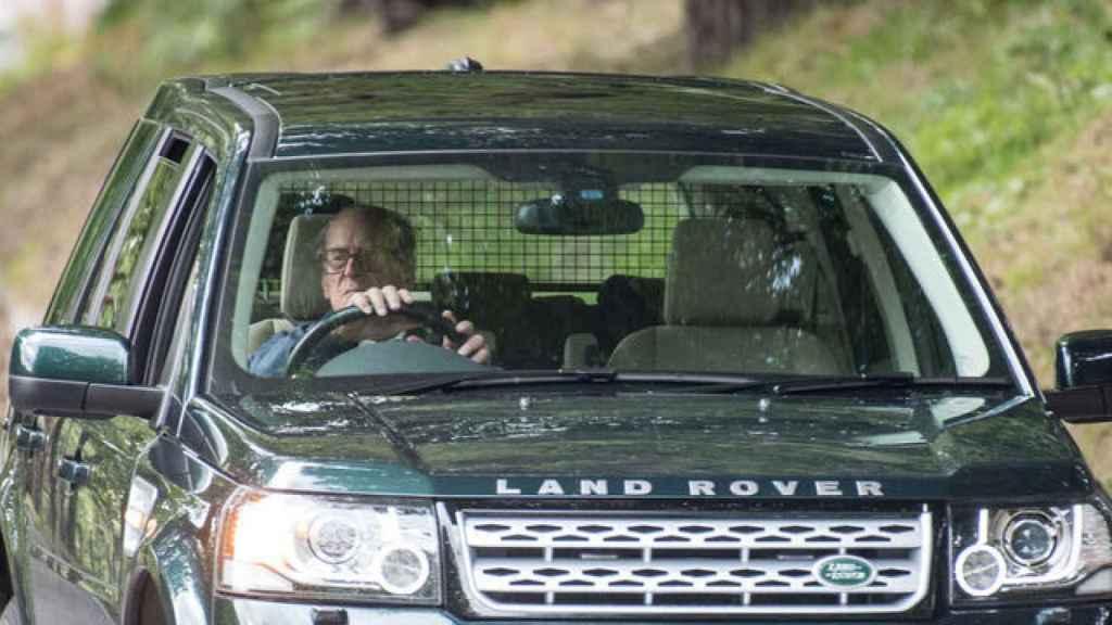 Felipe de Edimburgo en su coche días después del accidente conduciendo sin cinturón.