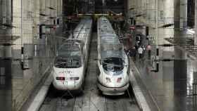 Dos trenes de alta velocidad de Renfe.