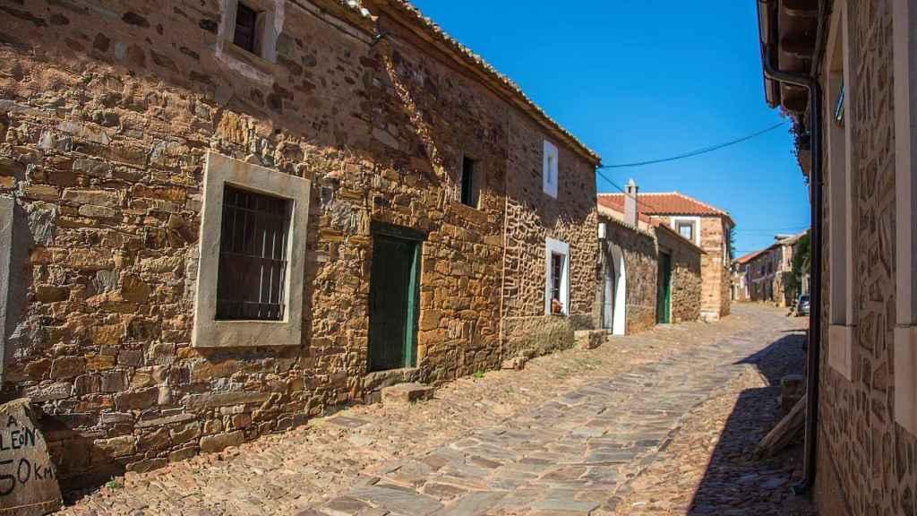 La calle de un pueblo de la España rural.