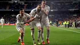 Karim Benzema celebra junto a Bale y Ceballos su gol al Huesca