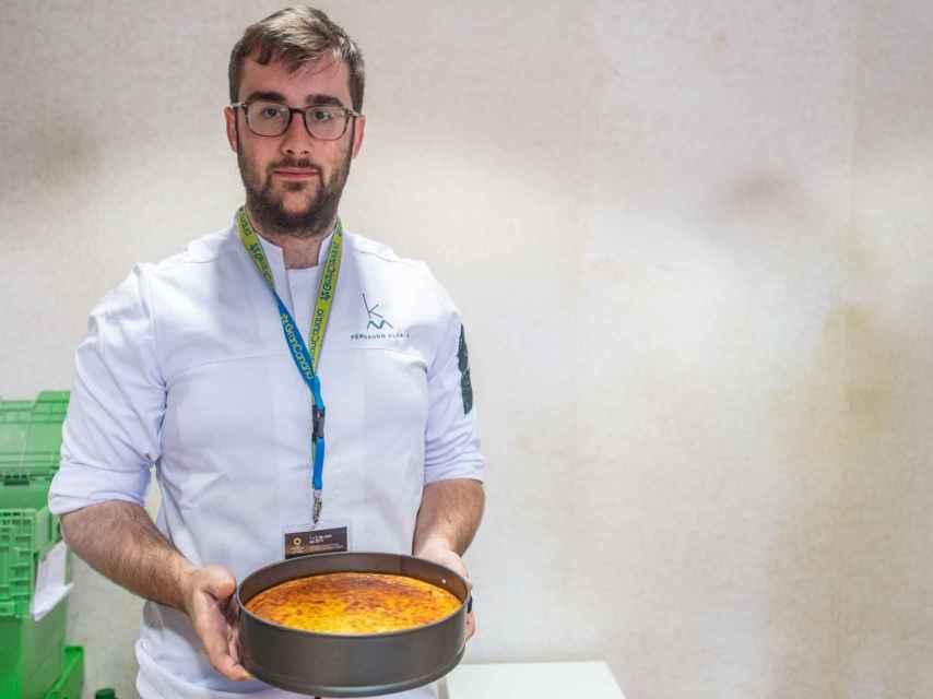 Fernando Alcalá del restaurante Kava (Málaga) exhibe su tarta de queso, la mejor de España