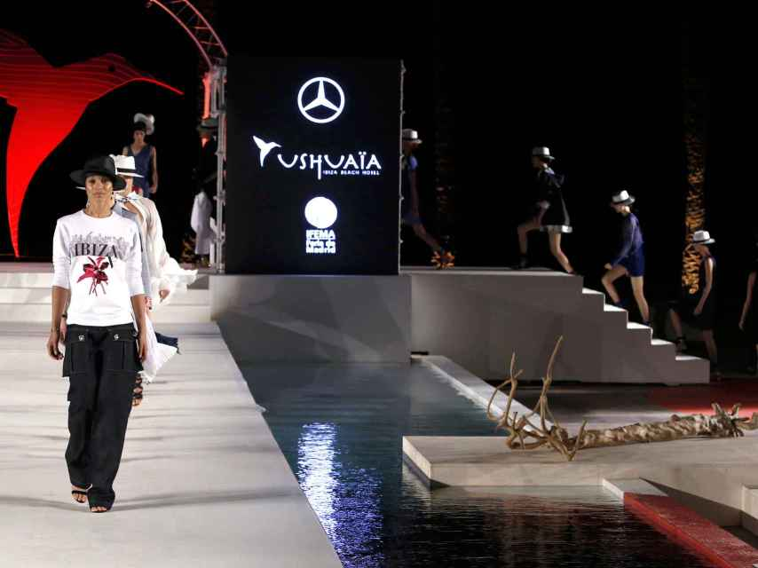 Modelos desfilando en la pasarela de Ibiza.