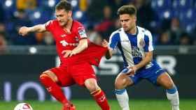 Óscar Melendo pelea un balón con el centrocampista del Getafe