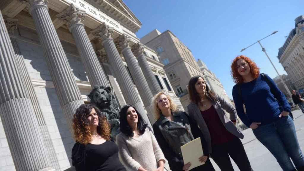 María Sevilla (centro), entre la senadora Idoia Villanueva y la diputada Ione Belarra, ante el Congreso.