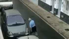 Imagen del vídeo grabado en el que se ve al hombre rompiendo retrovisores con una catana