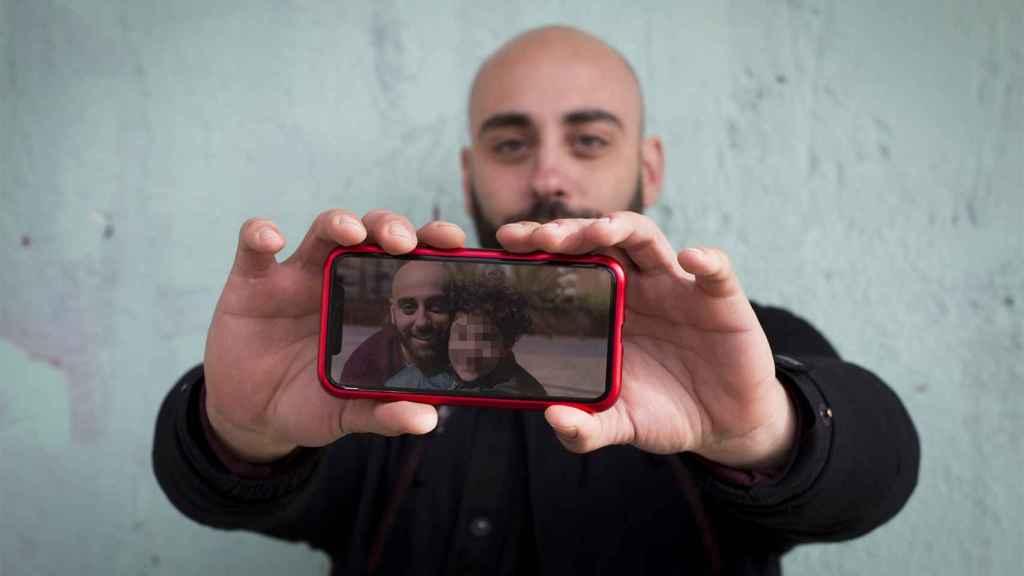 Rafael, sosteniendo una fotografía de su hijo S.