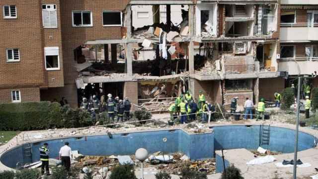 La fachada del edificio en el que se escondían los terroristas momentos después de la explosión