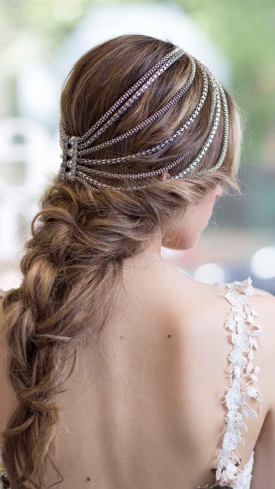 Detalle del peinado trenzado de una novia.