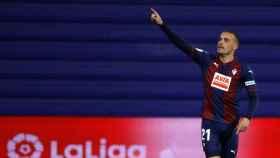 Pedro León celebra un gol con el Eibar