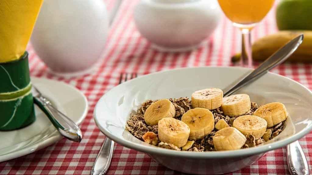Un desayuno que contiene cereales integrales y frutras