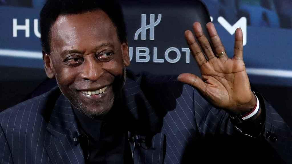 Pelé posa durante un acto de una marca suiza de relojes celebrado París