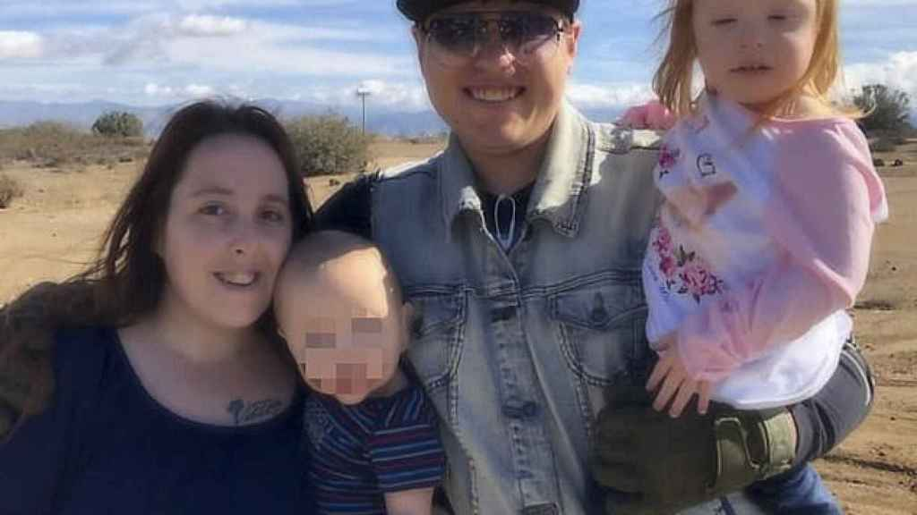 Adam Hughes sosteniendo en brazos a Kylee Willis, la niña asesinada, junto a su madre, Blake
